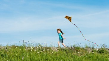 girl_running_with_kite